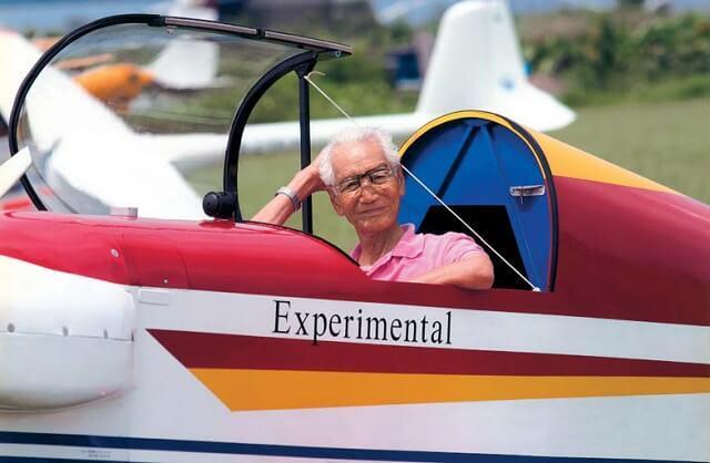 写真3:高橋氏が飛行機に乗る様子を表す写真。機体を入念にチェックすること、安全第一が大切である。