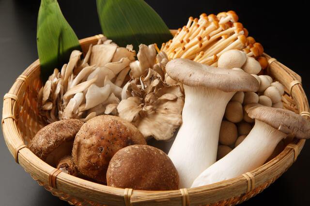 写真:免疫力を高める食材のきのこ類。きのこには腸の働きを良くする食物繊維・ビタミン・ミネラルが豊富であることを示す