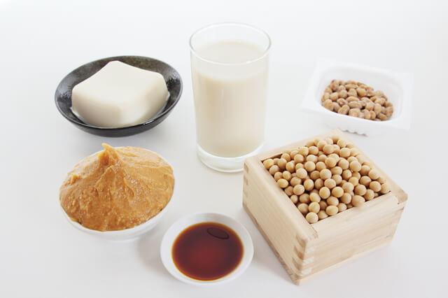 写真:納豆、みそ、しょうゆ、ヨーグルトなどの発酵食品の写真。発酵食品には乳酸菌や納豆菌などの善玉菌が多く含まれており、町内の善玉菌を増やす効果があることを示す